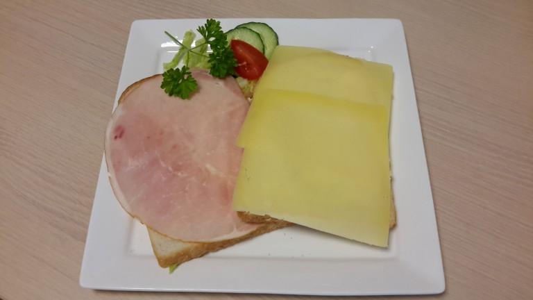 Twee boterhammen met ham en kaas